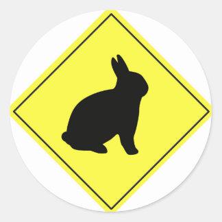 Muestra de la travesía del conejo pegatina redonda