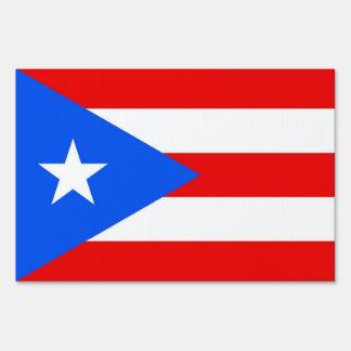 Muestra de la yarda con la bandera de Puerto Rico,