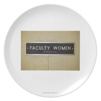 Muestra de las mujeres de la facultad plato para fiesta