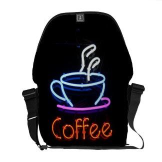 Muestra de neón del café en negro bolsas de mensajeria
