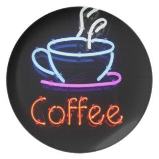 Muestra de neón del café en negro plato de cena