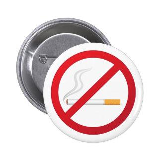 Muestra de no fumadores con un botón del cigarrill pin