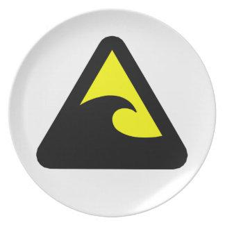 Muestra de peligro del tsunami platos
