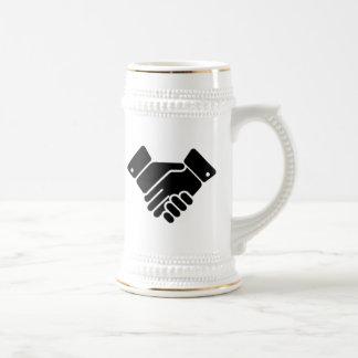 Muestra del apretón de manos jarra de cerveza