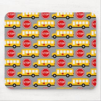 Muestra del autobús escolar y de la parada tapetes de ratón