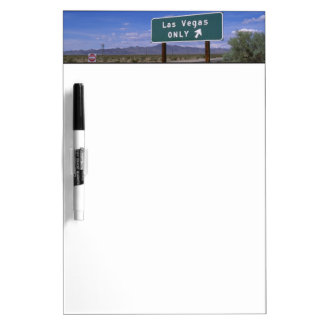 Muestra del borde de la carretera que muestra la d pizarra blanca