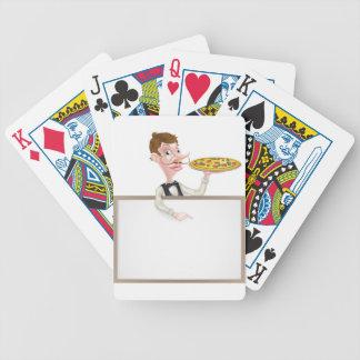 Muestra del camarero de la pizza baraja cartas de poker