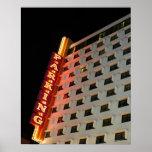 Muestra del estacionamiento en hotel en la noche,  poster