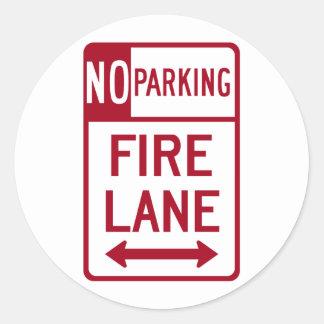 Muestra del estacionamiento prohibido del carril pegatina redonda