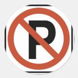 Muestra del estacionamiento prohibido etiquetas redondas