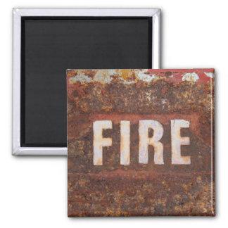Muestra del fuego en la placa de acero aherrumbrad imán cuadrado