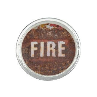 Muestra del fuego en la placa de acero anillo con foto