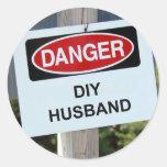 Muestra del marido del peligro DIY Etiqueta Redonda