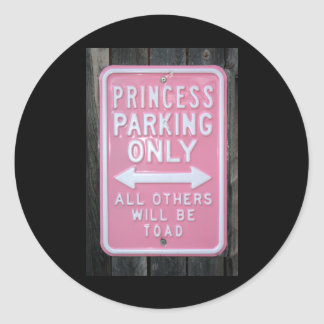 Muestra divertida de princesa Parking Only Pegatina Redonda