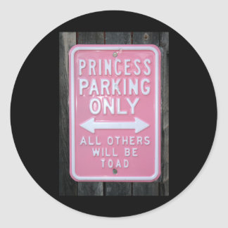 Muestra divertida de princesa Parking Only Pegatinas Redondas
