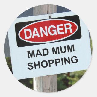 Muestra enojada de las compras de la momia del pegatina redonda
