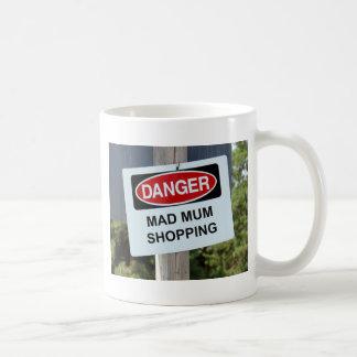 Muestra enojada de las compras de la momia del taza