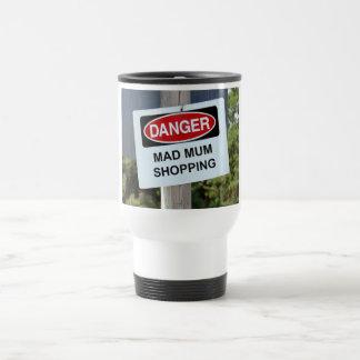 Muestra enojada de las compras de la momia del taza de viaje