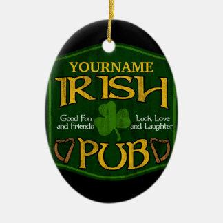 Muestra irlandesa personalizada del Pub Adorno Navideño Ovalado De Cerámica