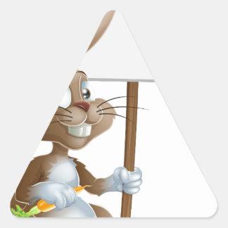 Muestra linda de la zanahoria del conejo de coneji calcomanías trianguloes personalizadas