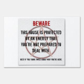 Muestra protegida energía de la yarda de la casa d señales