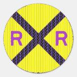 Muestra púrpura de la travesía de ferrocarril del pegatina redonda