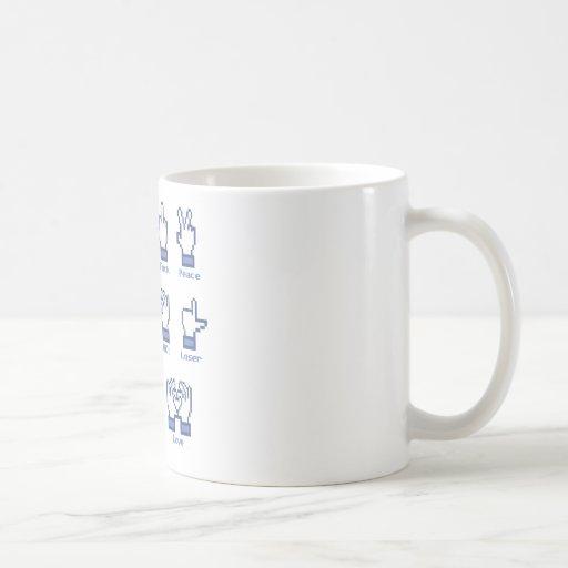 Muestra social de la mano de la red taza básica blanca