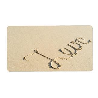 Muestra tallada amor en la arena de la playa etiqueta de envío