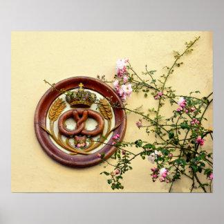 Muestra y rosas coronados del pretzel póster
