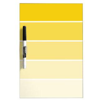 Muestras amarillas soleadas de la pintura pizarra blanca