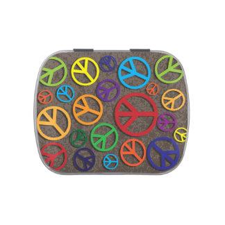 Muestras coloridas de los símbolos de paz en fondo jarrones de dulces