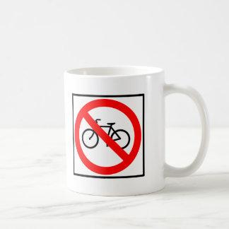 Muestras de la carretera del tráfico de bicicleta taza básica blanca