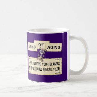 Muestras del envejecimiento - casa limpia taza