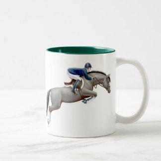 Muestre a puente la taza gris del caballo