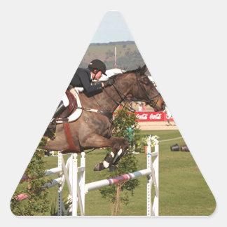 Muestre el caballo y al jinete de salto pegatina triangular