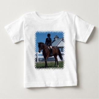 Muestre la camiseta del bebé del caballo playera