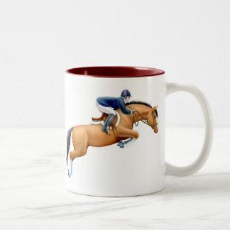 Muestre la taza del caballo del puente