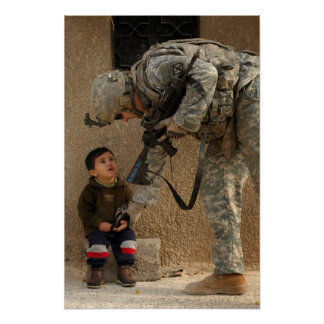 Muéstreme donde daña el soldado y al niño póster