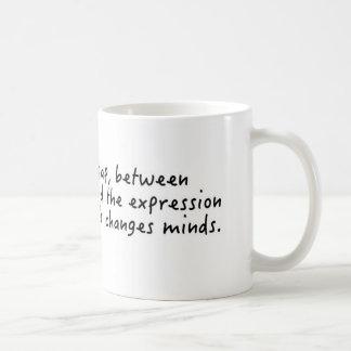 Mueva los corazones, cambie las mentes taza de café