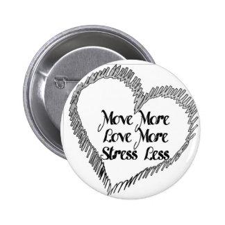 Muévase más, ame más, tensión menos. insignia del pin redondo de 2 pulgadas