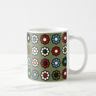 """Mug clásico blanco """"Flores sobre fondo verde """" Taza"""