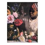 Mujer africana que planta las flores en un florero tarjeta postal