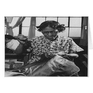Mujer afroamericana que cose para esfuerzo 1942 de felicitación