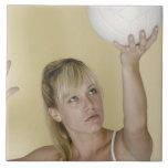 Mujer alrededor para servir voleibol tejas  ceramicas