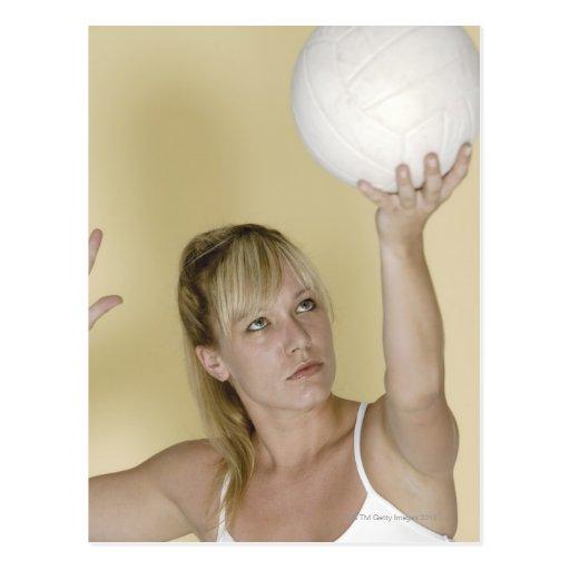 Mujer alrededor para servir voleibol postal