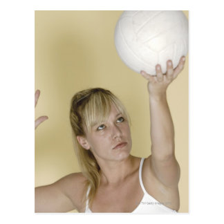 Mujer alrededor para servir voleibol tarjetas postales