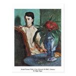 Mujer asentada con un florero postales