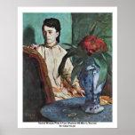 Mujer asentada con un florero poster