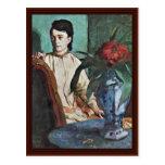 Mujer asentada con un florero tarjeta postal