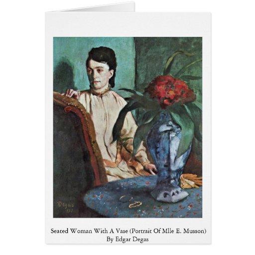 Mujer asentada con un florero tarjetón